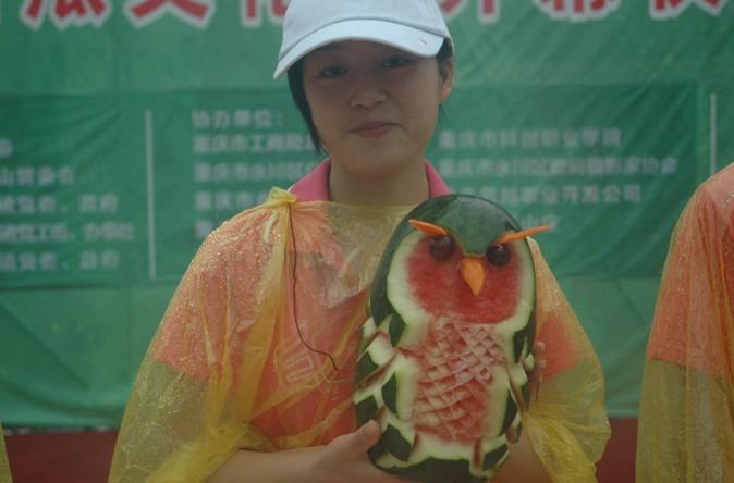 重庆科创职业学院学生的西瓜雕刻艺惊全场