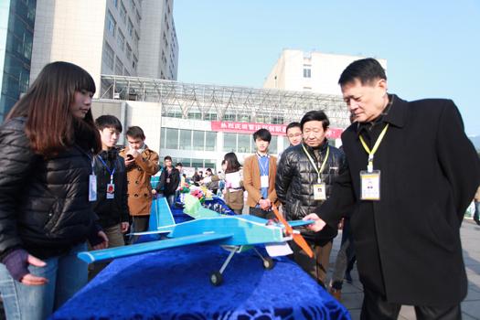 校长戴伟教授对学生制作的飞机模型表示赞扬