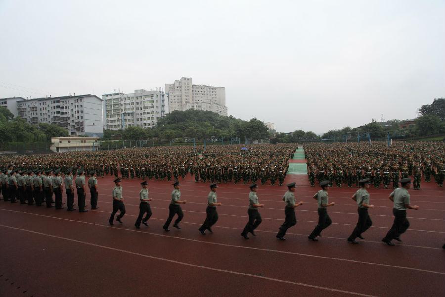 军训教官跑步入列