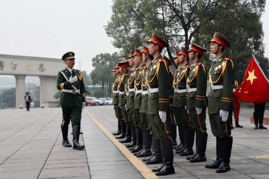 天安门国旗护卫队退伍战士张仁林培训我校国旗护卫队成员